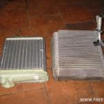 Не перепутайте! Слева - радиатор печки, справа - испаритель.